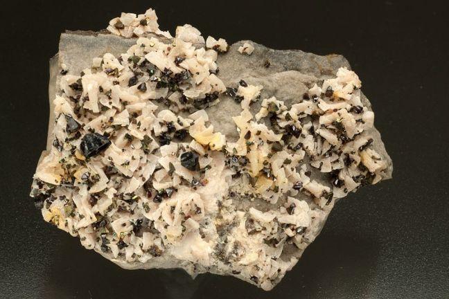 Sphalerite, Chalcopyrite on Dolomite
